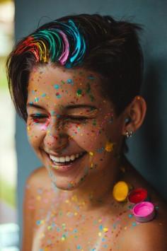 عکس زمینه پرتره لبخند زن با رنگ