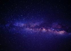 عکس زمینه آبی صورتی و سفید کهکشان راه آندرومدا