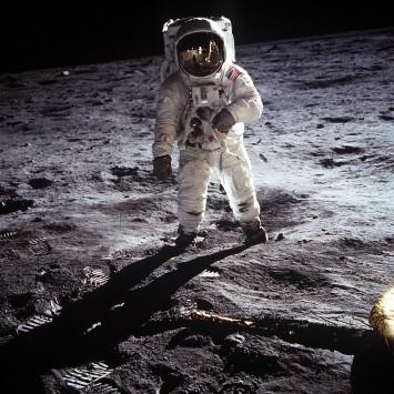 عکس زمینه فضانورد روی کره ماه