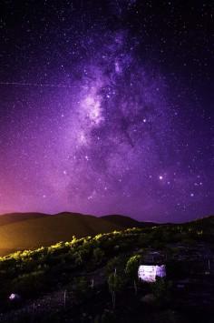 عکس زمینه آسمان شب بنفش در روستا