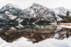 عکس زمینه بازتاب تصویر کوهستان در دریاچه