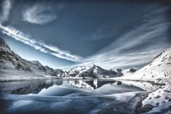 عکس زمینه دریاچه در بین کوهستان برفی
