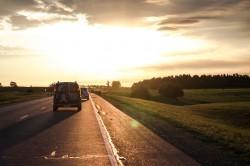 عکس زمینه جاده و ماشین در زمان غروب