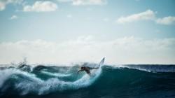 عکس زمینه فرد سوار بر تخته موج سواری