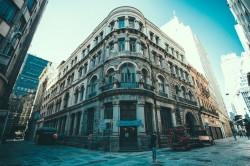عکس زمینه ساختمان قدیمی سفید در شهر