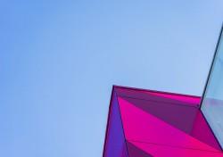 عکس زمینه ساختمان شیشه ای صورتی و آبی