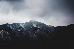 عکس زمینه کوه خاکستری در مه
