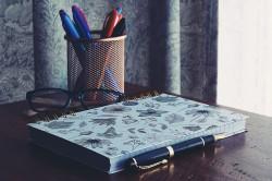 عکس زمینه دفتر و قلم در میز تحریر
