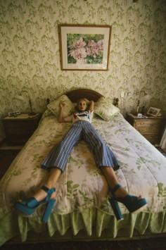 عکس زمینه خواب روی تختخواب سبز