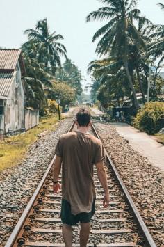 عکس زمینه پسر در ریل راه آهن قطار