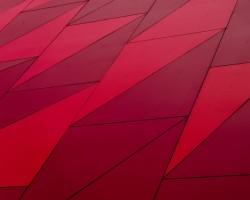 عکس زمینه طرح قرمز هندسی مثلثی
