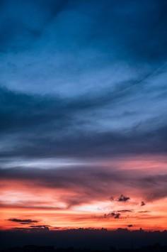 عکس زمینه آسمان آبی و نارنجی زیبا