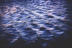 عکس زمینه آب آبی موج دار زیر نور
