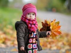 عکس زمینه کودک در پاییز