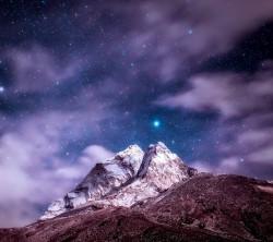 عکس زمینه قله کوه و آسمان پر ستاره شب