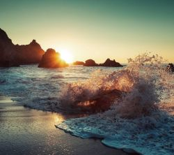 عکس زمینه امواج اقیانوس و نور خورشید