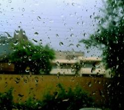 عکس زمینه قطرات باران پشت شیشه