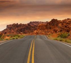 عکس زمینه جاده متتد کویری و کوهستانی