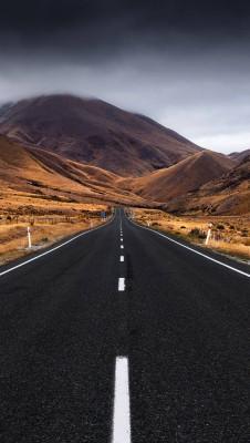 عکس زمینه جاده در کوهستان ابری