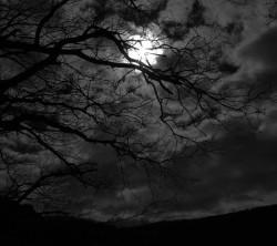 عکس زمینه ماه پشت ابر در آسمان شب