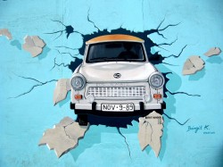 عکس زمینه نقاشی ماشین در دیوار آبی