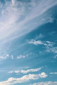 عکس زمینه ابرهای سفید در آسمان آبی زیبا