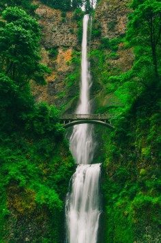 عکس زمینه پل و آبشار