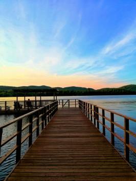 عکس زمینه پل چوبی بر روی دریاچه