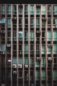 عکس زمینه نمای پنجره های آپارتمان