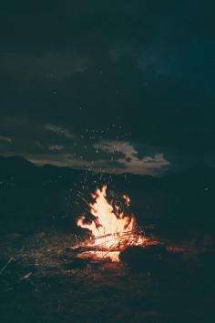 عکس زمینه آتش روشن در شب