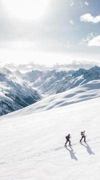 عکس زمینه دو مرد پیاده در کوه برف