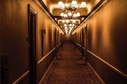 عکس زمینه چراغ های روشن در راهروی هتل