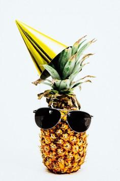 عکس زمینه آناناس با عینک آفتابی و کلاه