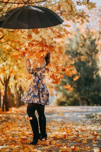عکس زمینه دخترونه پاییزی زیبا با چتر پر از برگ های زرد
