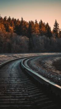 عکس زمینه قطار راه آهن درامتداد جنگل پاییزی زیبا