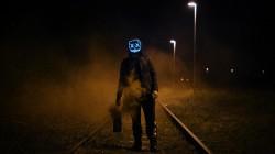 عکس زمینه مردی با ماسک در ایستاده راه آهن