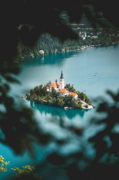 عکس زمینه قلعه میان جزیره زیبا