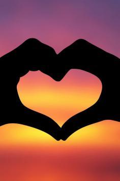 عکس زمینه قلب عاشقانه ولنتاینی در غروب طلایی