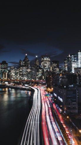 عکس زمینه رانندگی شبانه در شهر منهتن