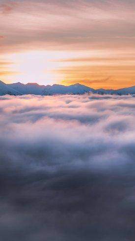 عکس زمینه طلوع خورشید بالای ابرها