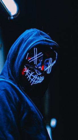 عکس زمینه پسر ماسک دار در شب