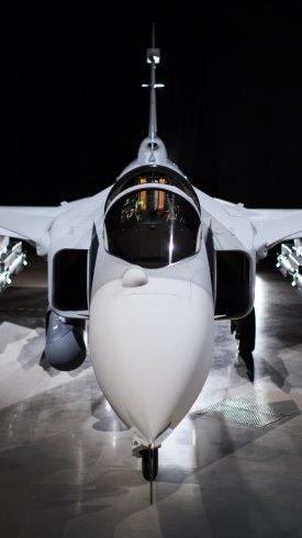 عکس زمینه جت جنگنده آماده برای پرواز