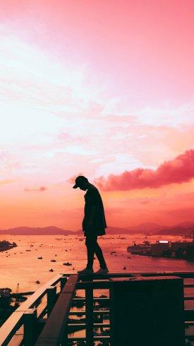 عکس زمینه پسری تنها در غروب خورشید