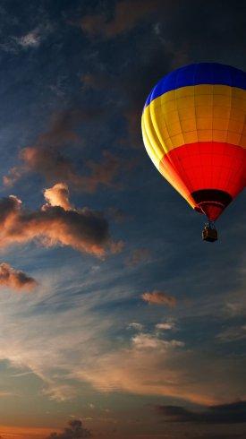 عکس زمینه بالن رنگارنگ در هوای گرم و غروب خورشید