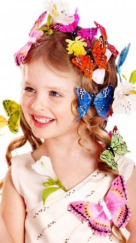 عکس زمینه دختر بچه با گل های پروانه ای