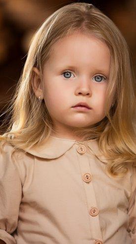 عکس زمینه دختر بچه ناز مو طلایی