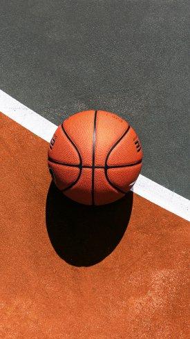 عکس زمینه توپ در زمین بسکتبال