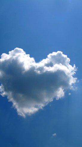 عکس زمینه آسمان آبی و ابرهای به شکل قلب