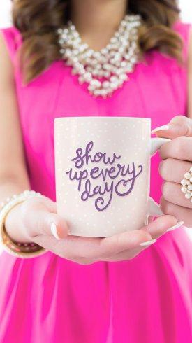 عکس زمینه تایپوگرافی دختری با لیوان قهوه