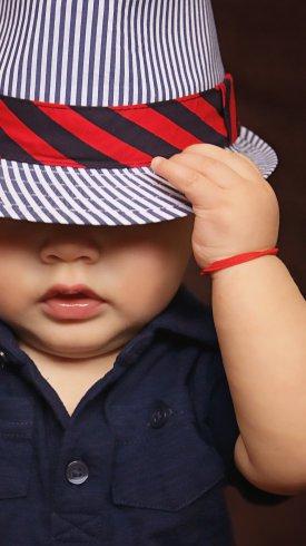 عکس زمینه پسر بچه ناز با کلاه راه راه